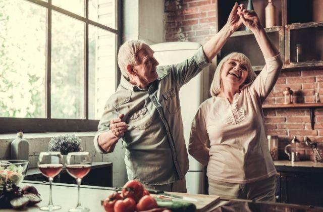 Szczęśliwa starsza para po terapii u Beaty Gołębiowskiej