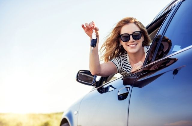 Kobieta po sprzedaży auta w skupie Auto-Bart